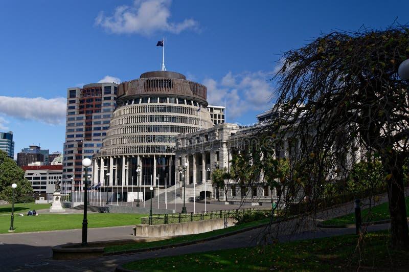 B?timents du parlement du Nouvelle-Z?lande avec la ruche ? la gauche image libre de droits