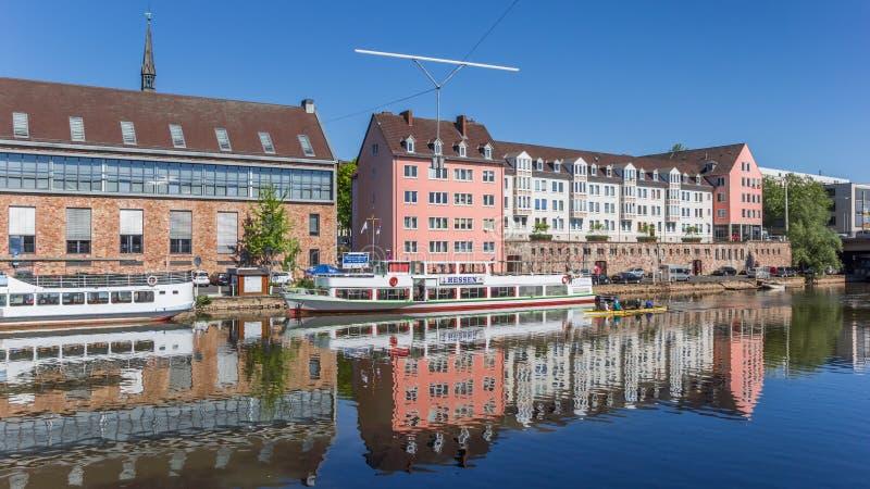 Bâtiments et bateaux colorés au quai de rivière de Fulda à Kassel photographie stock libre de droits