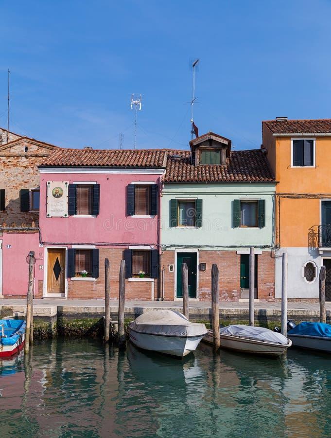 Bâtiments et bateaux dans Murano images libres de droits