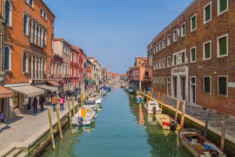 Bâtiments et bateaux dans Murano image stock