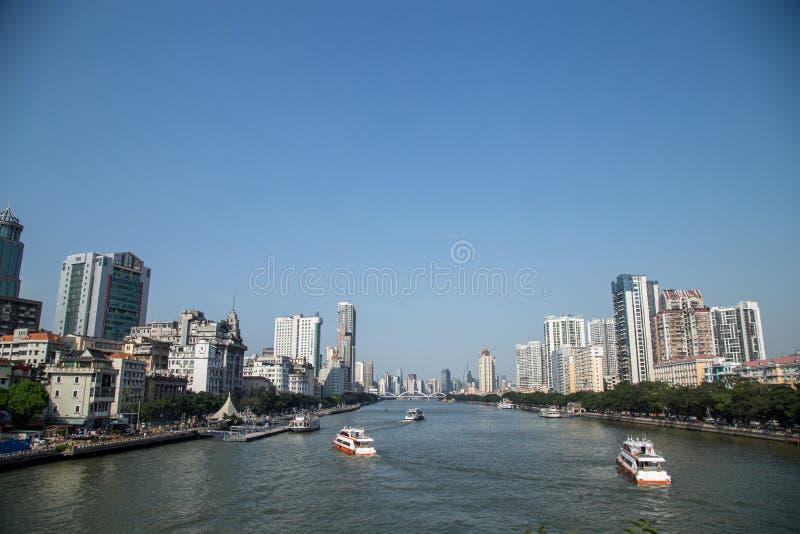 Bâtiments et bateaux mobiles des deux côtés du Pearl River dans Guangzhou, province du Guangdong, Chine Vues très belles photographie stock