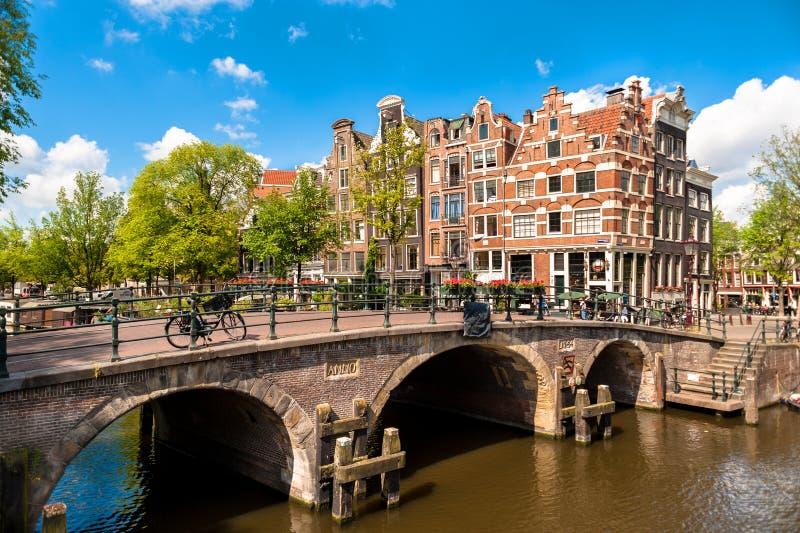 Bâtiments et canaux de penchement d'Amsterdam photographie stock libre de droits