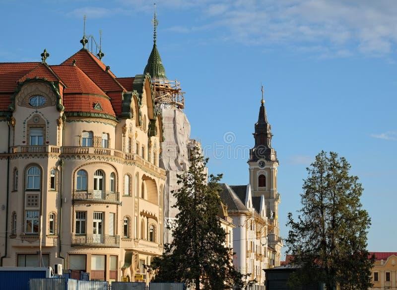 Bâtiments et tour de cloche élégants de St Ladislaus Roman-Catholic Church dans Union Square d'Oradea images stock