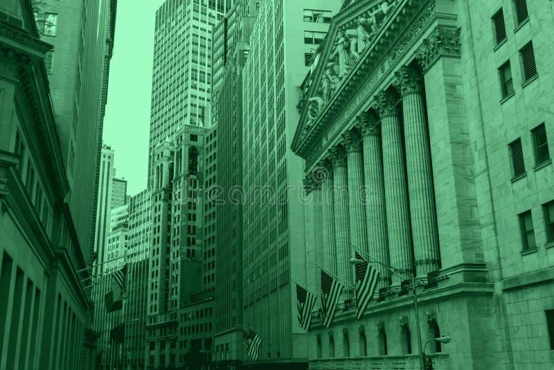 Bâtiments financiers de New York City dans des couleurs vertes d'argent image libre de droits