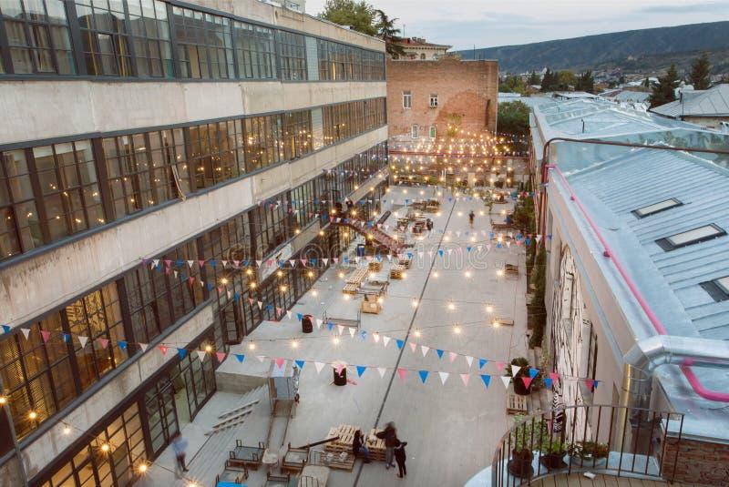 Bâtiments grunges modernes avec la cour urbaine pour des événements et des parties de la jeunesse photographie stock