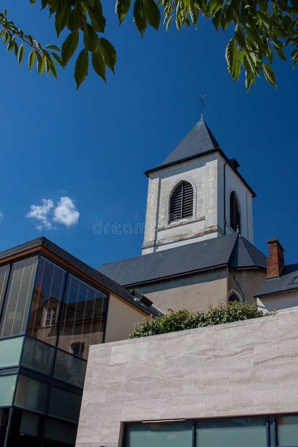 Bâtiments historiques et modernes dans Orléans images stock