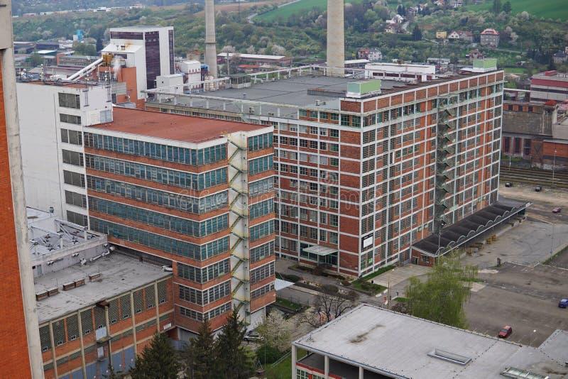Bâtiments industriels rectangulaires typiques faits de briques rouges et fenêtres verticales dans le vieux secteur d'usine dans Z image stock