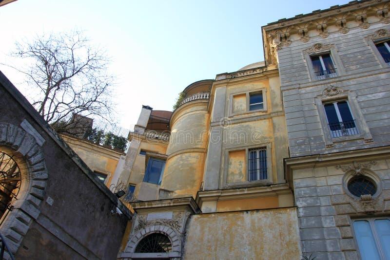 Bâtiments jaunes de belle vieille pierre médiévale dans le trastevere à Rome photographie stock libre de droits