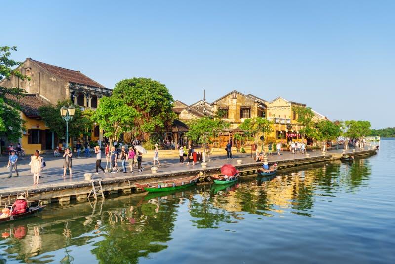 Bâtiments jaunes traditionnels reflétés dans Thu Bon River photo libre de droits