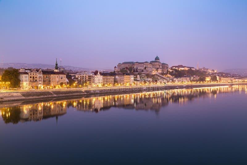 Bâtiments le long de la rivière Danube à Budapest dans le Mornin tôt photographie stock