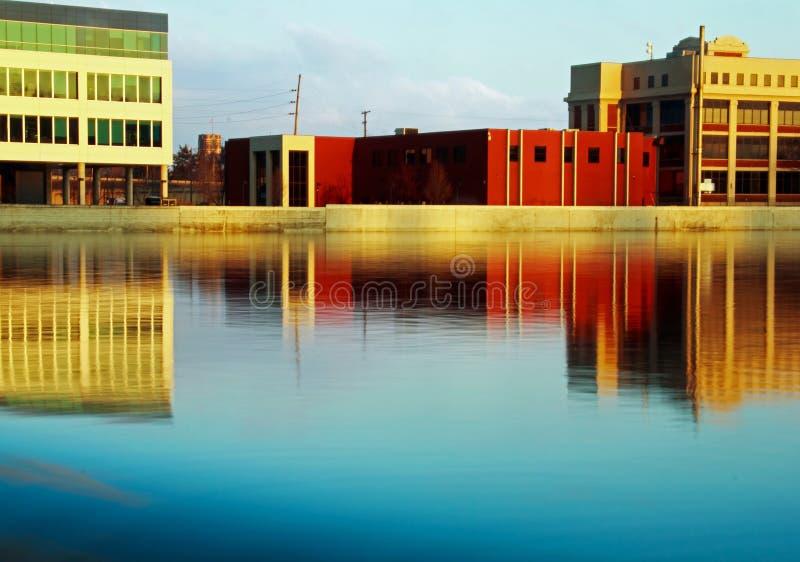 Bâtiments le long de rivière grande photos libres de droits