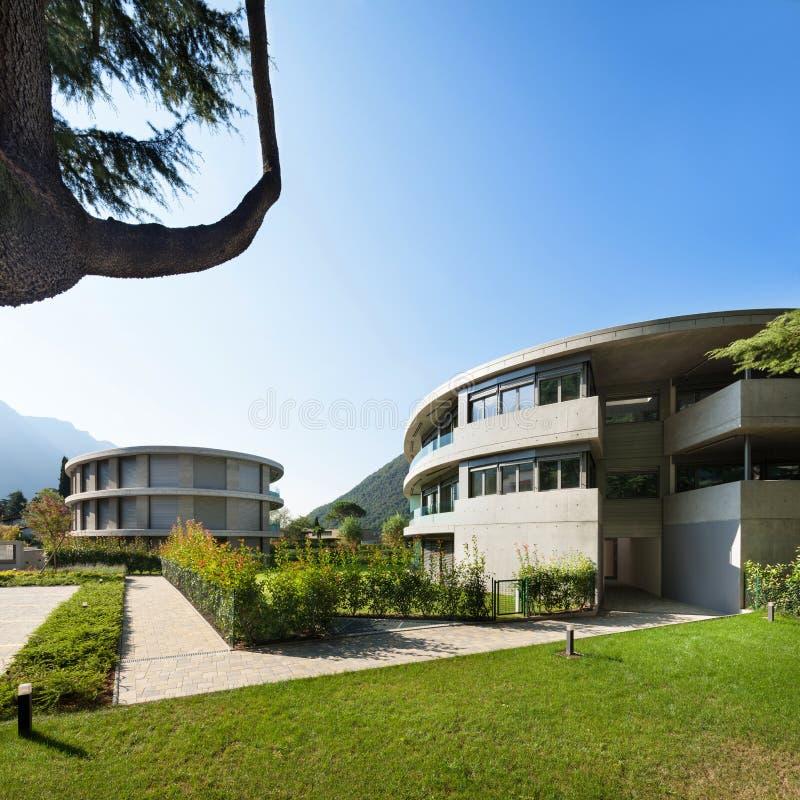 Bâtiments luxueux avec le jardin photo libre de droits