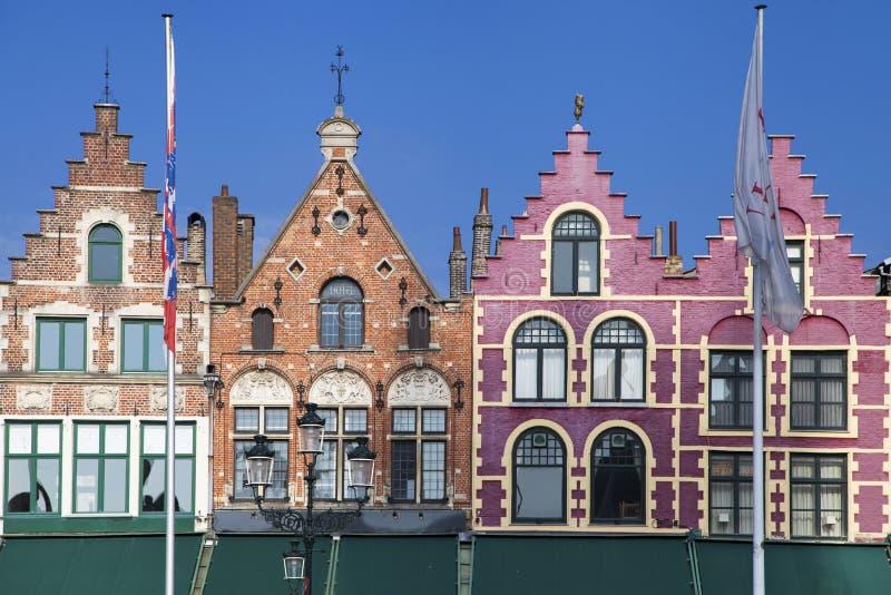 Bâtiments médiévaux dans la place du marché de Bruges photos stock