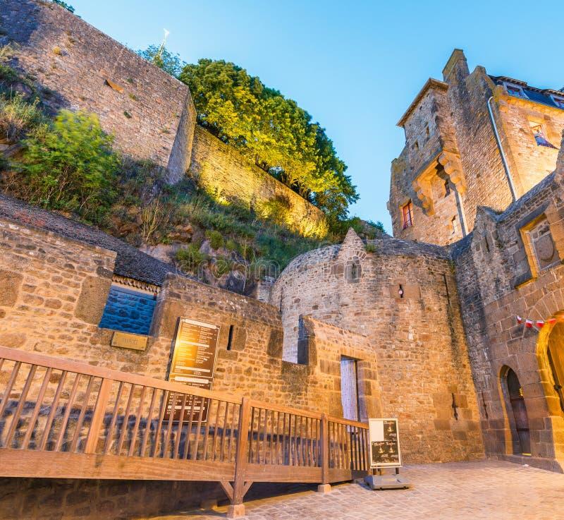 Bâtiments médiévaux de Mont Saint Michel la nuit, France images stock