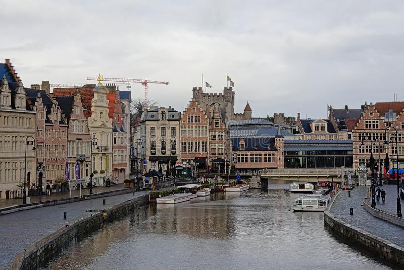 Bâtiments médiévaux le long du quai de la rivière Lys à Gand image libre de droits