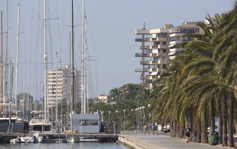 Bâtiments marins de promenade de Palma de Majorque au loin images stock