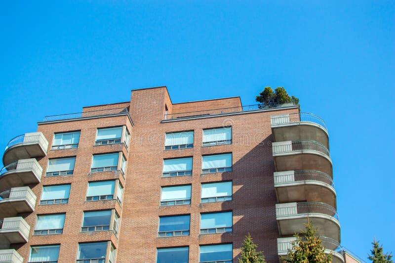 Bâtiments modernes de logement avec les fenêtres énormes photographie stock libre de droits
