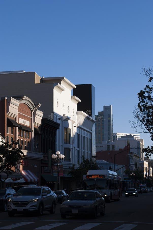 Bâtiments modernes et âgés de la ville image stock