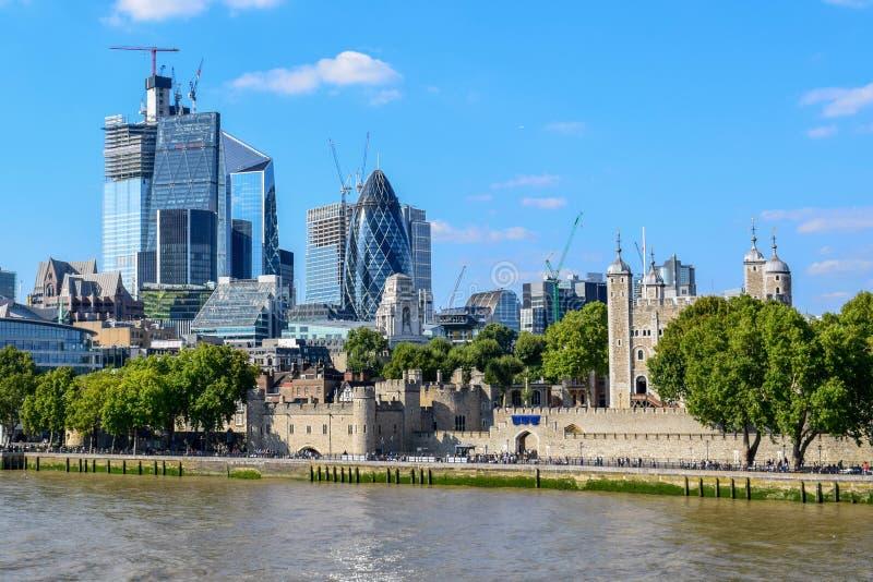 Bâtiments modernes et vieux dans le paysage urbain de Londres vu du pont de tour photos stock