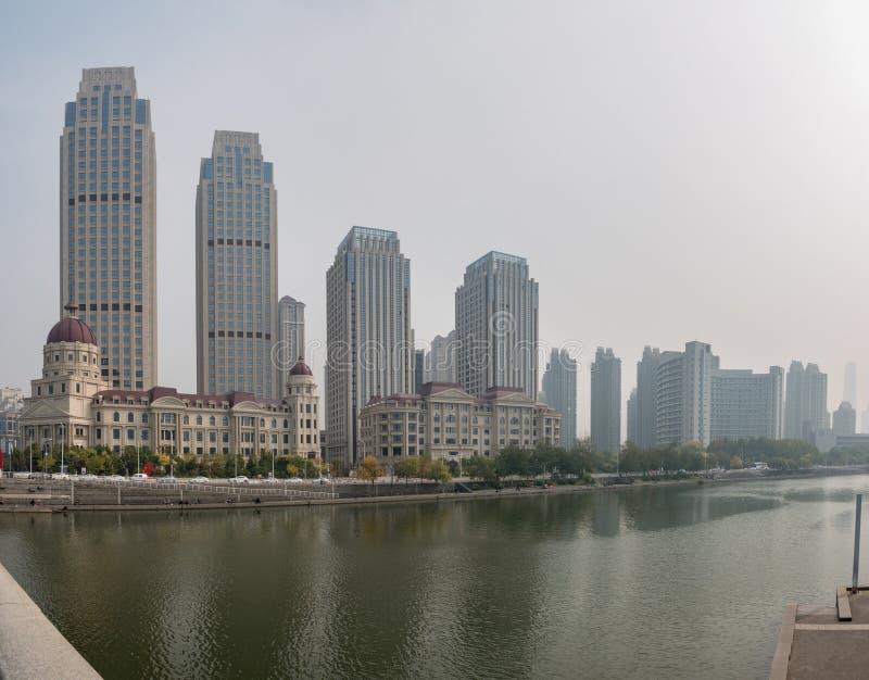 Bâtiments modernes par la rivière Haihe dans Tianjin images stock