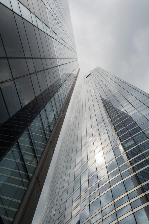 Bâtiments modernes un jour nuageux image libre de droits