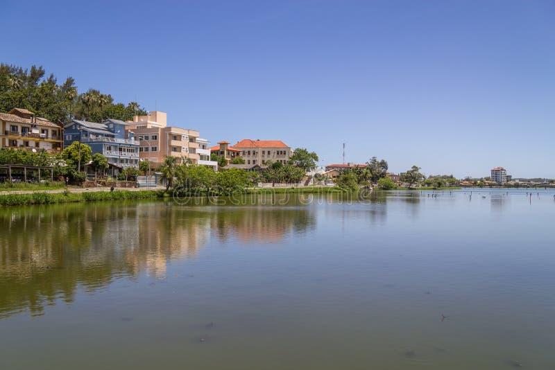 Bâtiments réfléchissant sur le lac en Torres image stock