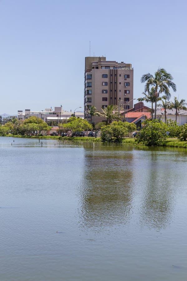 Bâtiments réfléchissant sur le lac en Torres photo libre de droits