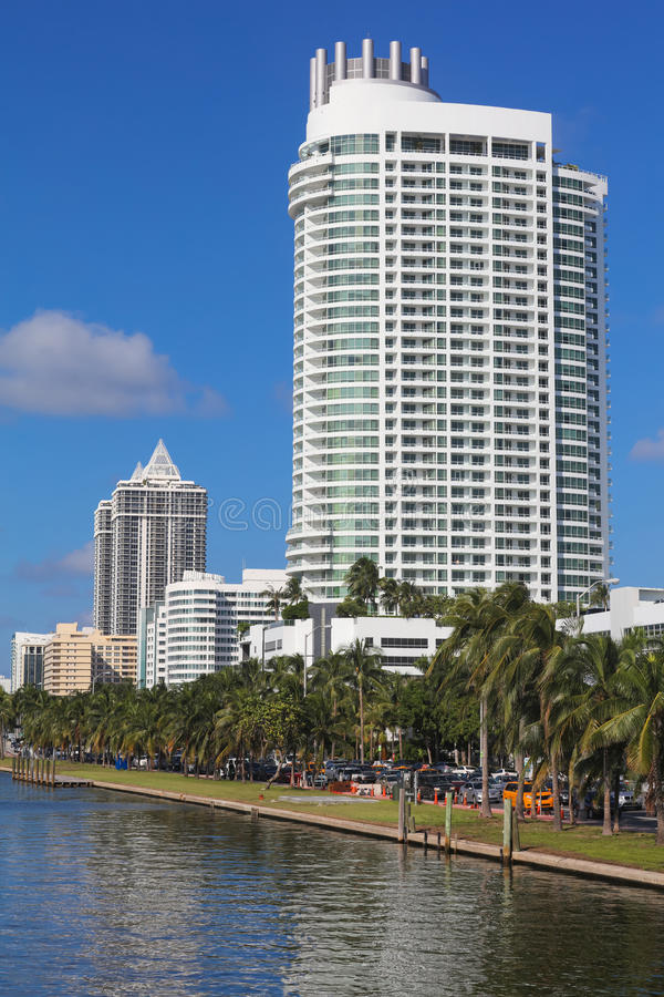 Bâtiments résidentiels blancs dans Miami Beach, la Floride photographie stock libre de droits