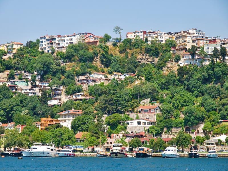 Bâtiments résidentiels et bateaux dans le détroit de Bosporus photos libres de droits
