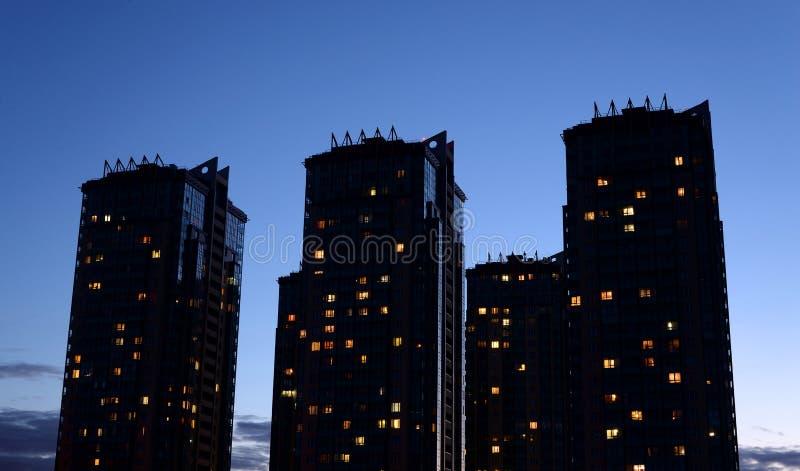 Bâtiments résidentiels modernes à la soirée photo stock