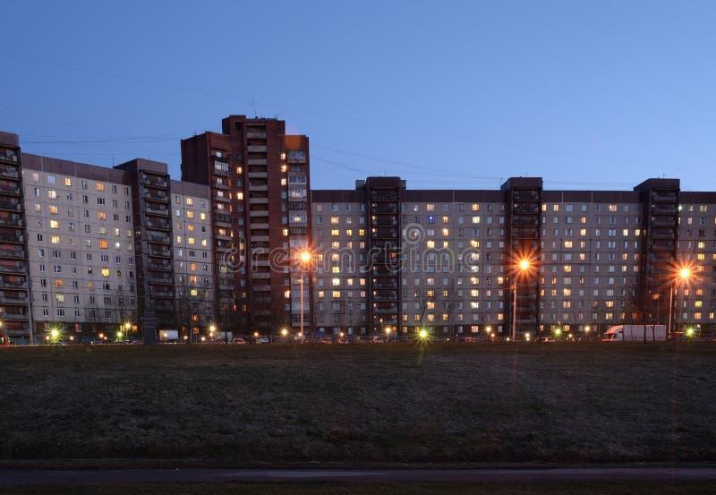 Bâtiments résidentiels modernes à la soirée photographie stock