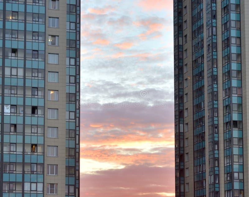 Bâtiments résidentiels modernes au coucher du soleil photo libre de droits