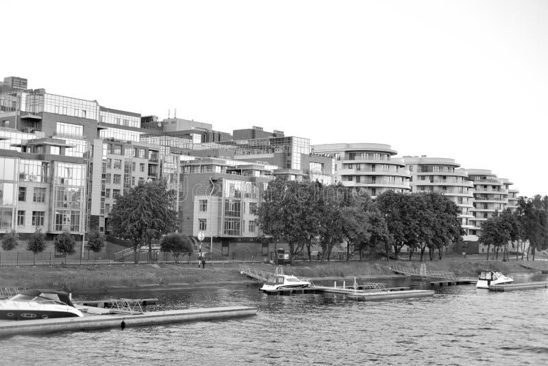 Bâtiments résidentiels modernes sur l'île de Krestovsky photo stock