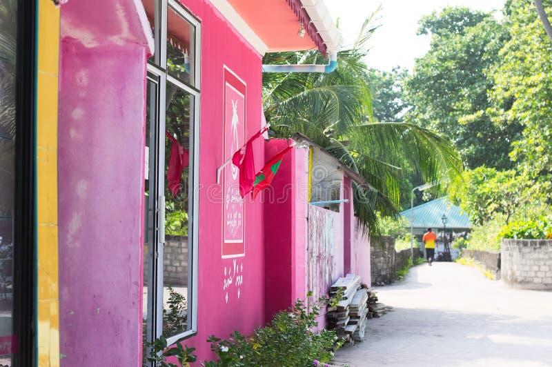 Bâtiments roses en Maldives image libre de droits