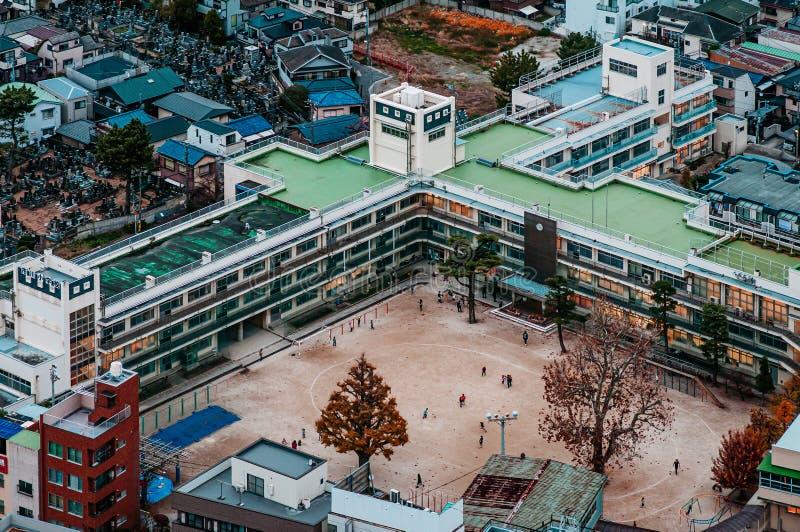 Bâtiments scolaires de vue aérienne dans la zone résidentielle du secteur d'Ichikawa avec le terrain de football Tokyo - le Japon photographie stock libre de droits