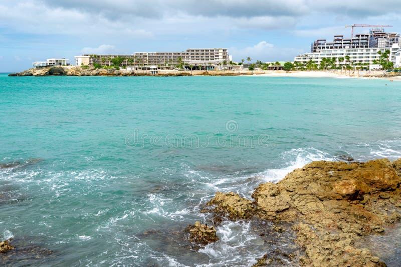 Bâtiments sous la rénovation/construction sur le littoral de l'île des Caraïbes tropicale images stock