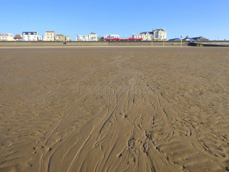 Bâtiments sur la plage de bord de mer et de sable images libres de droits