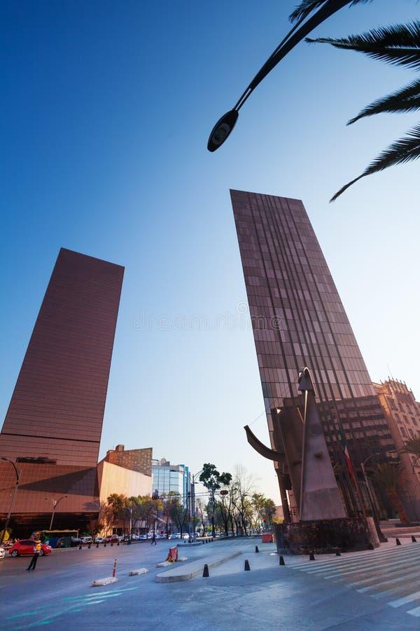 Bâtiments sur Paseo de la Reforma au Mexique photographie stock