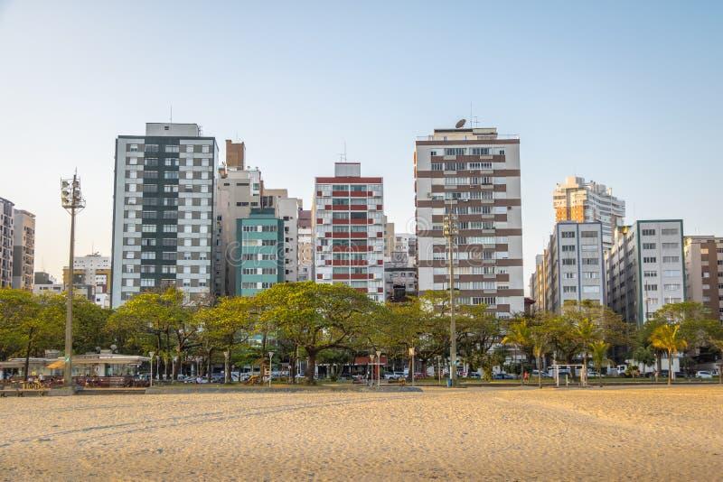 Bâtiments tordus à la côte de Santos City - Santos, Sao Paulo, Brésil photos stock
