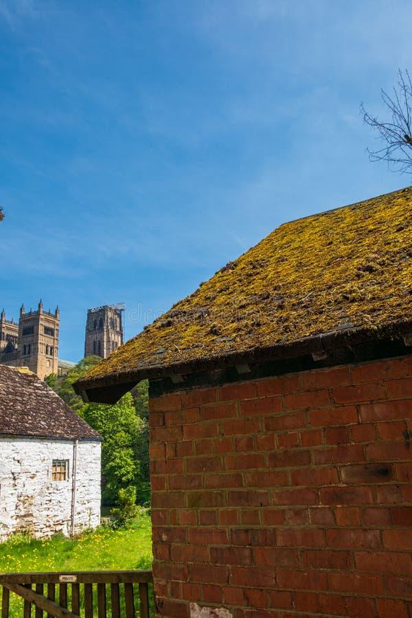 Bâtiments traditionnels et cathédrale de Durham à l'arrière-plan à Durham, R-U images stock