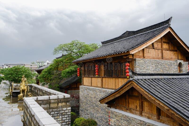 Bâtiments tuile-couverts traditionnels en ressort nuageux après pluie photo stock