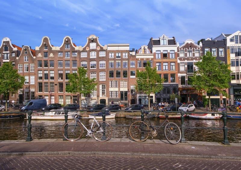 Bâtiments typiques, canal et vélos à Amsterdam, Pays-Bas photos stock