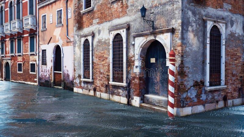 Bâtiments vénitiens antiques le long du canal de l'eau illustration libre de droits