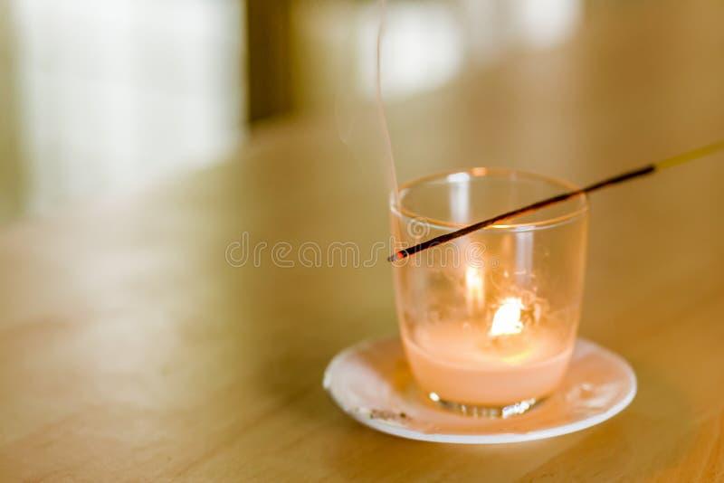Bâton d'encens brûlant photographie stock libre de droits