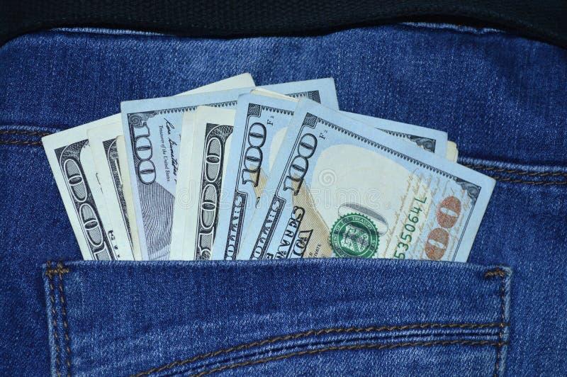 bâton de 100 billets d'un dollar hors de votre poche de jeans photographie stock