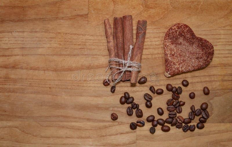 Bâton de biscuit et de cannelle et grains de café sur une table en bois de broun photo stock