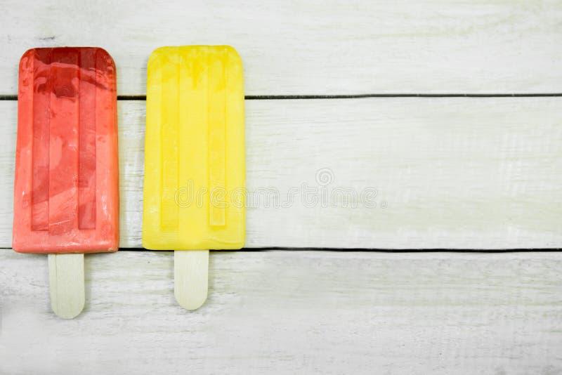 Bâton de crème glacée sur un fond en bois photo stock