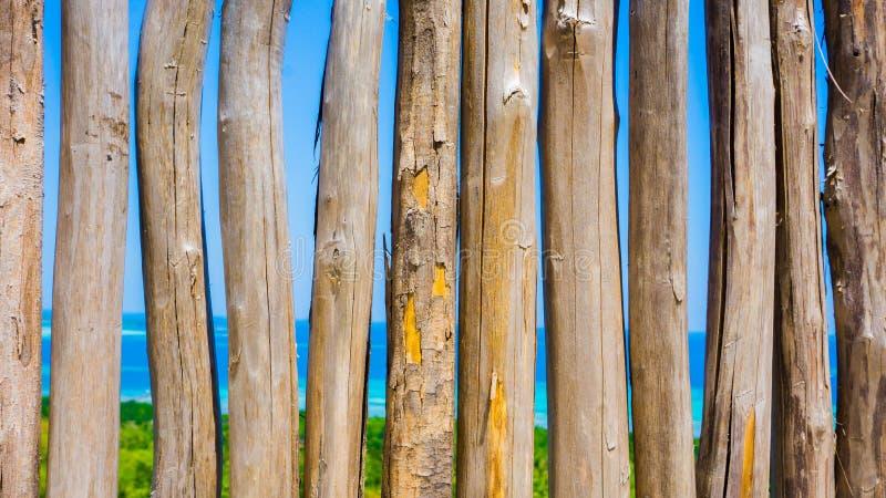 Bâton en bois de barrière avec la belle vue aérienne de la mer bleue et de la forêt verte du cinta de bukit ou de la montagne d'a photographie stock