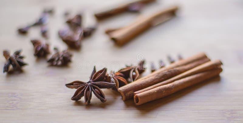 Bâton et anis de cannelle sur la macro photo images stock