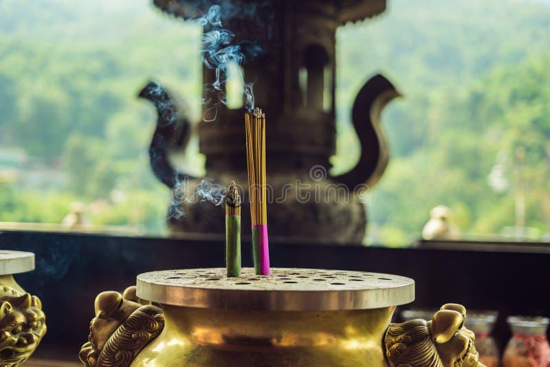 Bâtons aromatiques brûlants d'encens Exaspérez pour prier Bouddha ou dieux indous pour montrer le respect image libre de droits